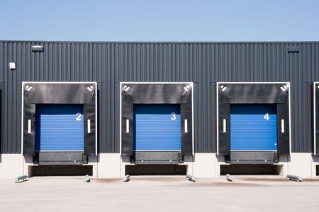 parking facilities: Vista frontal de muelles de carga