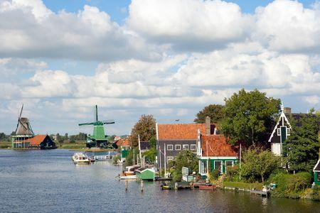 zaanse: Wind molens en historische huizen op de beroemde Zaanse Schans in Nederland