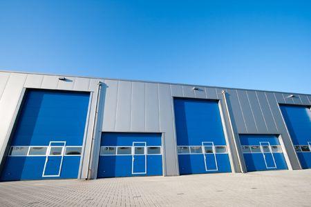 edificio industrial: Unidad industrial con puertas de obturador de rodillos  Foto de archivo