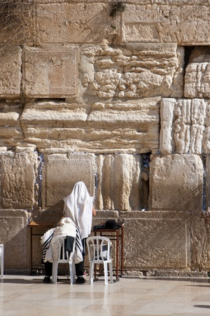siddur: Orthodox Jewish worshipers pray at the Wailing Wall in Jerusalem Stock Photo