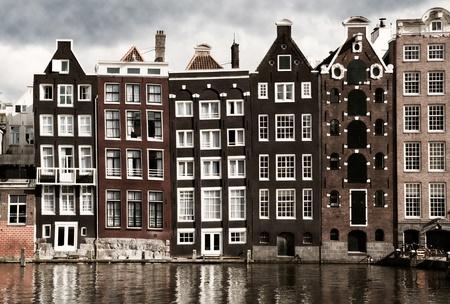 rij huizen: Amsterdam grachtenpanden Stockfoto