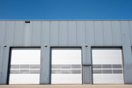 Nave industrial con puertas de persiana Foto de archivo