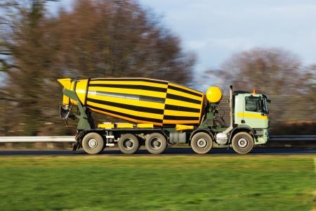 maquinaria pesada: Camión de cemento en una carretera