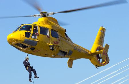ROTTERDAM, Pays-Bas - 7 septembre: Démonstration d'une opération de sauvetage par hélicoptère durant les Journées mondiales de port à Rotterdam, Pays-Bas le 7 Septembre 2012