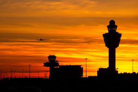 Avion arrivant à l'aéroport au coucher du soleil Banque d'images - 29122912