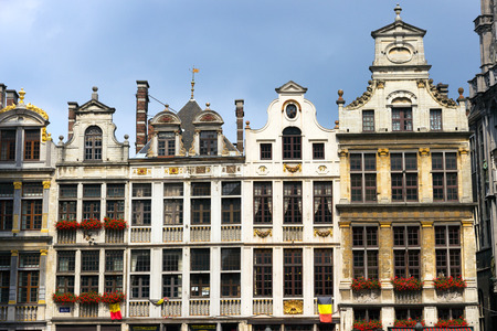 belgique: Famous old colorful buildings at Market square in Brussels. Belgium