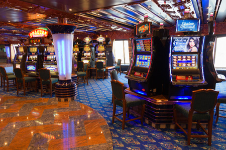 cruiseship: AMSTERDAM - 02 de septiembre: El casino en el crucero Costa Fortuna el 2 sep, 2014 en Amsterdam, Pa�ses Bajos. El barco es parte de una flota de 17 buques de propiedad de Costa Cruceros.