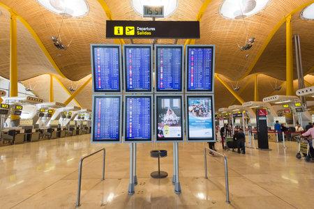 マドリード - 10 月 11 日: 出発案内板など 2014 年 10 月 11 日のマドリード、スペインのマドリード バラハス国際空港。 空港はスペイン
