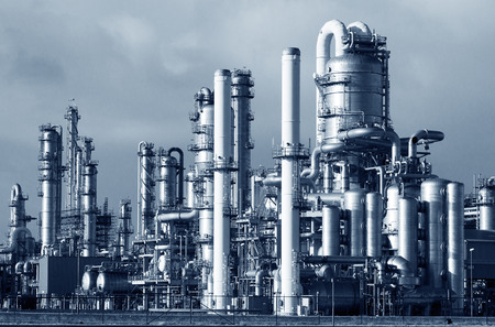 refinería de petróleo: Las tuberías de una planta industrial de la refinería de petróleo y gas. Foto de archivo