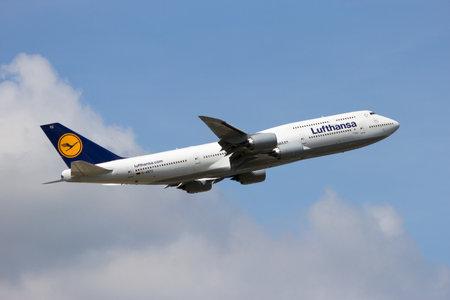 boeing 747: Francoforte, Germania - 9 Luglio, 2013: Un Boeing 747-830 Lufthansa che decollano dall'aeroporto di Francoforte. Lufthansa è fondata nel 1953 e la più grande compagnia aerea d'Europa.