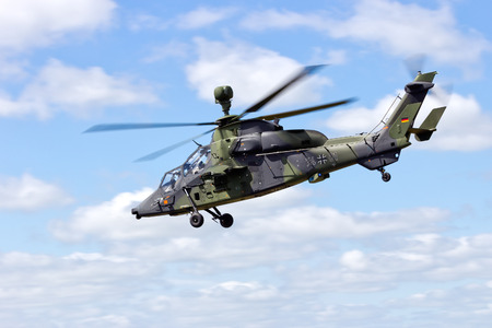 tigre: SCHLESWIG-JAGEL,  GERMANY - MAY 22: EC665 Tiger attack helicopter flying during the NATO Tiger Meet at Schleswig-Jagel airbase. The Tiger Meet is to promote solidarity between NATO air forces Editorial