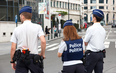 BRUSSELS, BELGIUM - JULY 30, 2014: Flemish Police officers on watch near the Brussels Central Station 免版税图像 - 38087922