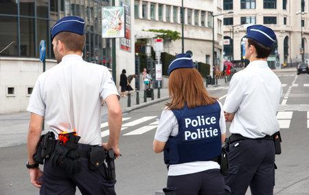 BRUXELLES, BELGIO - 30 luglio 2014: Gli agenti di polizia fiamminghi di guardia nei pressi della stazione centrale di Bruxelles Archivio Fotografico - 38087922