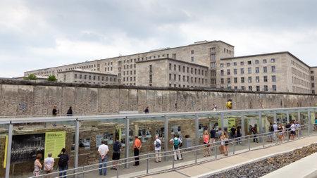 topography: BERL�N - 23 de mayo 2014: Ver en una parte del muro de Berl�n y de Alemania Ministerio de Finanzas en la Topograf�a del Terror Centro de Documentaci�n. El Centro est� ubicado en los antiguos edificios de las SS y de la sede de la Gestapo una vez se levant�.