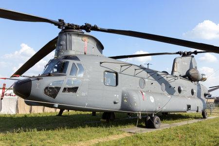 chinook: Gilze-RIJEN, PAESI BASSI - 21 giugno: olandese Air Force CH-47F Chinook e AH-64 Apache eseguendo una mostra presso la Royal Netherlands Air Force giorni 21 Giugno 2014 a Gilze-Rijen, Olanda.