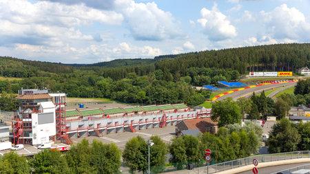 SPA, BELGIË - 5 augustus: Verkeerstoren van het Spa-Francorchamps circuit op 5 augustus 2014 in Spa, België. Het circuit is een van de meest uitdagende circuits, voornamelijk als gevolg van de heuvelachtige en bochtige karakter.