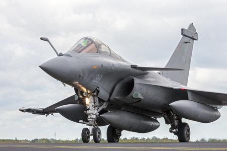 avion de chasse: SCHLESWIG-Jagel, ALLEMAGNE - 23 juin 2014: Air Force française Dassault Rafale pendant le Nato Tiger Meet au Schleswig-Jagel base aérienne. Le Tiger Meet est de promouvoir la solidarité entre les forces aériennes de l'OTAN