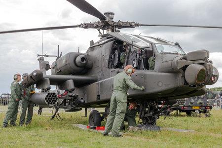 Gilze-RIJEN, PAESI BASSI - 20 giugno 2014: equipaggio di terra preparare un elicottero d'attacco Apache AH-64 al Royal Netherlands Air Force giorni. Archivio Fotografico - 40667343