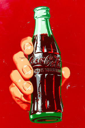 cola canette: DEN BOSCH, PAYS-BAS - 10 mai 2015: Un logo Coca Cola sur une machine Coke vintage.