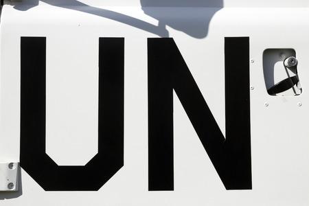 united nations: Signo de la ONU en un camión de mantenimiento de paz de las Naciones Unidas