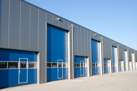 locales comerciales: Unidad industrial con puertas de obturador de rodillos  Foto de archivo