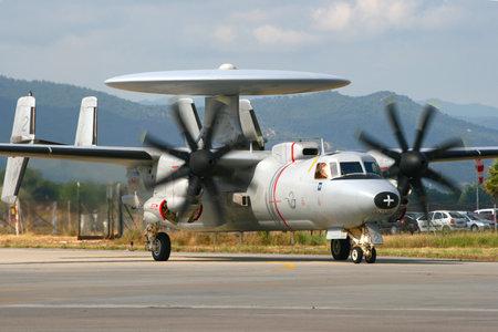 防衛: イエール フランス 2010 年 6 月 13 日: フランス海軍 E2C ホークアイ radarplane 南フランスのフランスの海軍基地イエールに離陸のためタキシングします