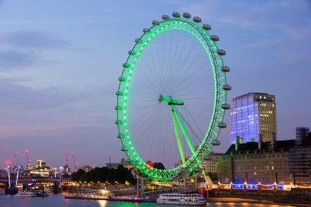 ferriswheel: LONDRA - 1 luglio 2015: Serata vista sulla London Eye illuminato. La ruota panoramica � una famosa attrazione turistica e con una altezza di 135 metri 443 ft il pi� grande d'Europa.