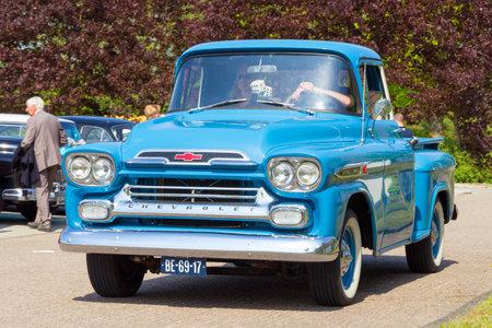 camioneta pick up: DEN BOSCH, Holanda - 10 de mayo 2015: 1959 Chevrolet Apache 3100 en el estacionamiento en el Rock Around El evento Jukebox.