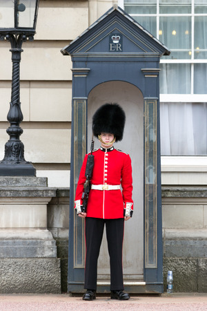 LONDON - JUL 1, 2015: Queens Guard at Buckingham Palace. Publikacyjne