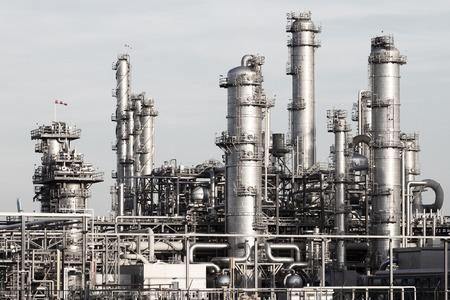 industria quimica: Las tuberías de una planta industrial de la refinería de petróleo y gas. Foto de archivo