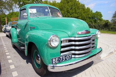 camioneta pick up: DEN BOSCH, Holanda - 10 de mayo, 2015: 1950 Chevrolet 3100 en el estacionamiento de la roca alrededor del acontecimiento Jukebox.