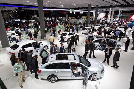 FRANCFORT, ALLEMAGNE - 13 septembre: Les visiteurs du salon de l'automobile IAA le 13 sept 2013 à Francfort. Plus de 1.000 exposants de 35 pays sont présents au plus grand salon automobile du monde. Éditoriale