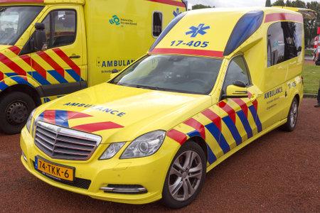 ambulancia: Rotterdam, Holanda SEP 5, 2015: Holand�s Mercedes-Benz E-Klasse de la ambulancia de la Regi�n de Rotterdam-Rijnmond.