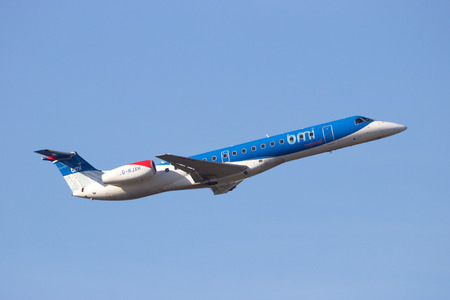 anuncio publicitario: Amsterdam-Schiphol - 16 de febrero, 2016: IMC regional Embraer ERJ-145EP de despegar del aeropuerto de Schiphol