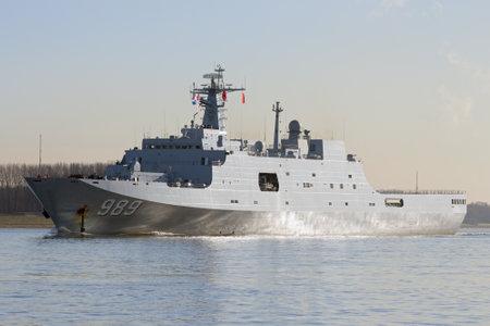 ROTTERDAM - 30 janvier 2015: La marine chinoise navire de transport amphibie Changbai Shan 989 quittant le port de Rotterdam après la première visite de la marine chinoise aux Pays-Bas. Éditoriale