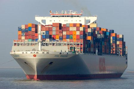 ANTWERPEN, BELGIË - 12 maart 2016: Container schip OOCL Singapore verlaten van een containerterminal in de haven van Antwerpen. Stockfoto - 54915432