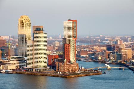 Uitzicht op de skyline van Rotterdam op de Wilhelminapier.