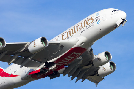 AMSTERDAM-SCHIPHOL - FEB 16, 2016: Emirates Airline Airbus A380 take off from Amsterdam-Schiphol airport. 新聞圖片