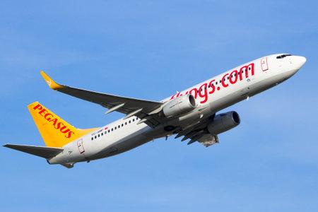 pegasus: Amsterdam-Schiphol - 16 de febrero, 2016: Pegasus Airlines Boeing 737-800 de despegar del aeropuerto de Schiphol de Amsterdam en los Países Bajos