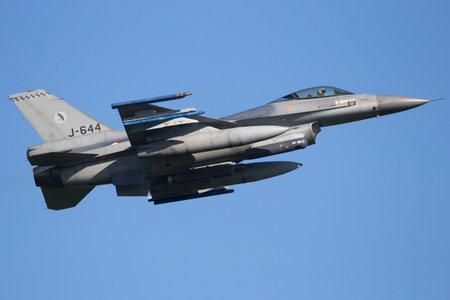 LEEUWARDEN, NEDERLAND - 11 april 2016: Koninklijke Luchtmacht van Nederland F-16 straaljager opstijgen tijdens de oefening Frisian Flag.