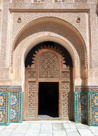 MARRAKECH, MOROCCO - Entrance door to the inner court of the Ben Youssef Madrasa. A former Islamic college in Marrakech, Morocco. Stockfoto