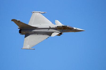 ZARAGOZA, SPANJE - MEI 20,2016: Franse Marine Dassault Rafale straaljager flyby op een blauwe hemel