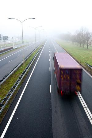 Camión en una carretera en tiempo brumoso