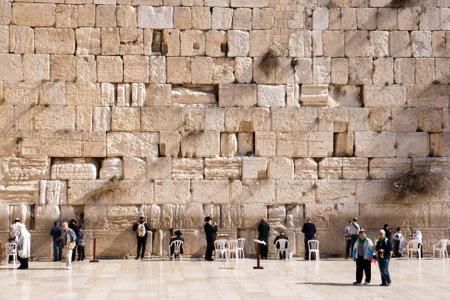 パレスティナ、イスラエル - 2011 年 1 月 23 日: 嘆きの壁で祈るユダヤ人崇拝者。