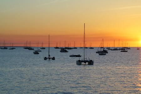 ファニー ・海に沈む夕日でベイのカタマラン。ダーウィン, オーストラリア