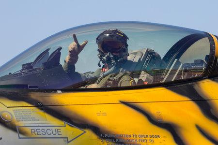 Saragozza, Spagna - maggio 20,2016: pilota nella cabina di pilotaggio di un aereo da caccia Archivio Fotografico - 62167749