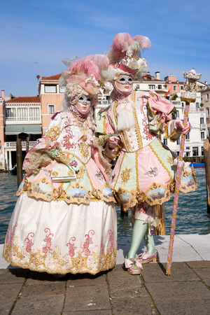 VENEDIG - 7. FEBRUAR 2013: Kostümierte Leute während des Venedig-Karnevals.