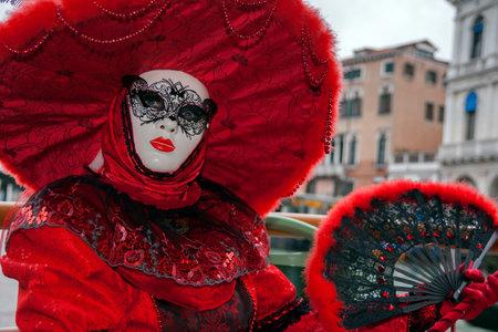 VENEDIG, ITALIEN - 6. FEBRUAR 2013: Kostümierte Frau auf dem Boot auf Grand Canal während des Venedig-Karnevals.