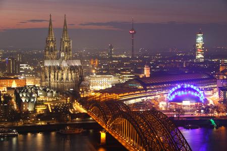 dom: Vue sur la rivière de la cathédrale de Cologne et le pont ferroviaire sur le Rhin, en Allemagne Banque d'images