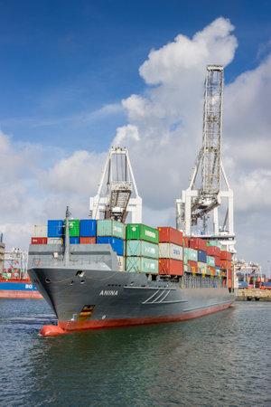 ROTTERDAM, PAYS-BAS - 3 SEPTEMBRE 2016: Porte-conteneurs quittant un terminal de conteneurs d'expédition dans le port.